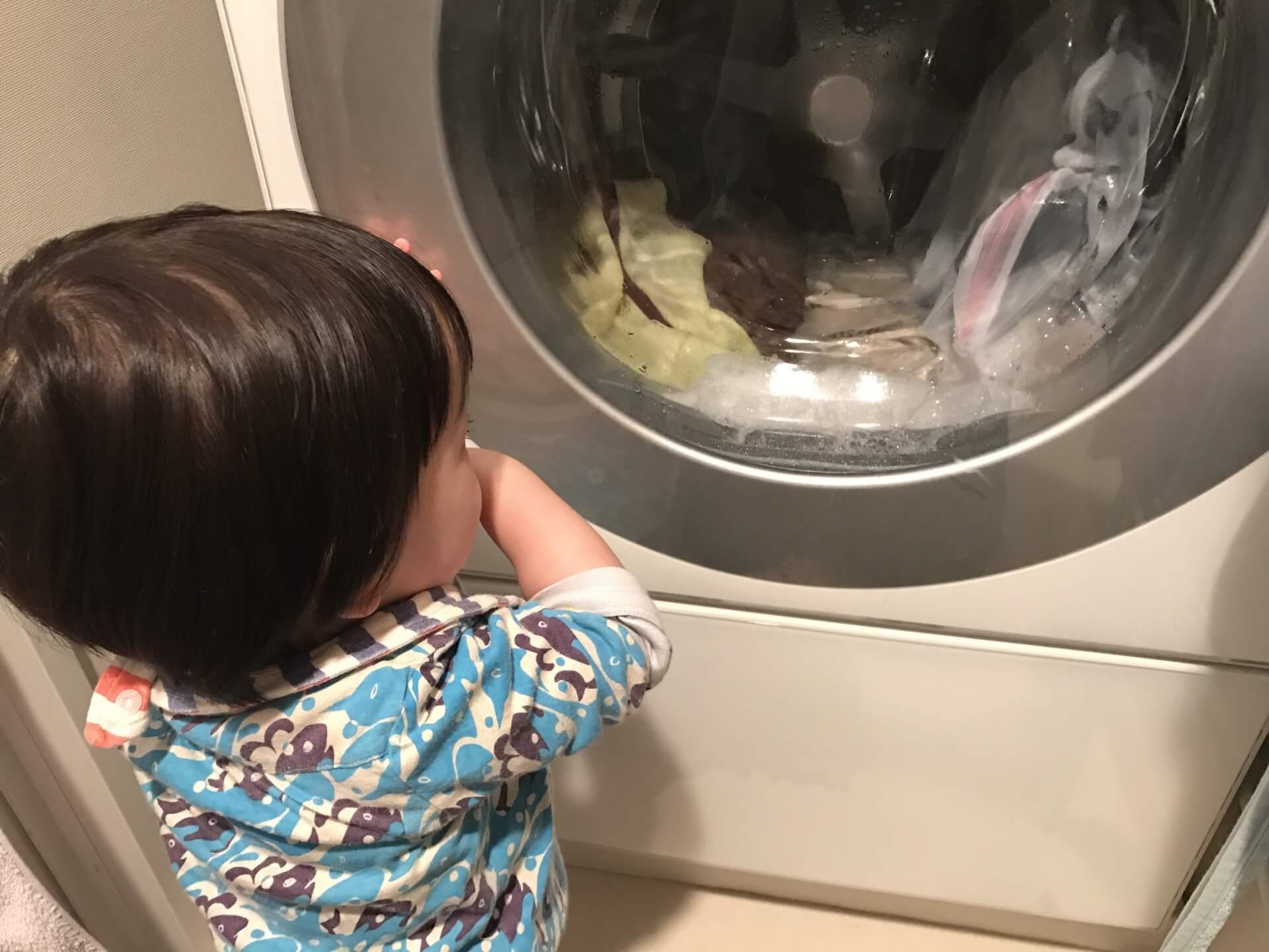洗濯機を見る子ども
