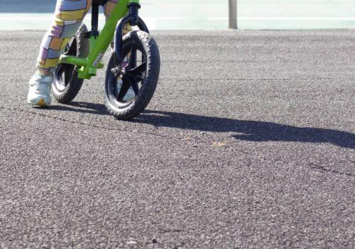 交通量の多い道路ではペダルなし二輪遊具で遊ばないようにしましょう 「子ども安全メール from 消費者庁」Vol.550 - COIQマガジン